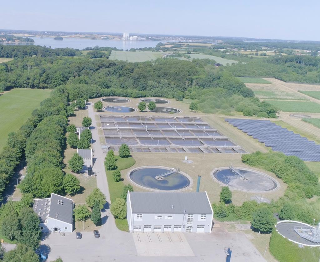 På billedet ses centralrenseanlægget i Agtrup, hvor der bliver etableret nye bassiner, der i alt kan rumme 14 mio. liter. Bassinerne skal håndtere de stigende vandmængder, der i fremtiden bliver pumpet ud til rensning på anlægget.